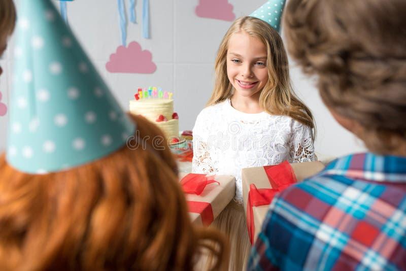 tir cultivé des enfants présent des cadeaux à la fille heureuse mignonne photographie stock libre de droits