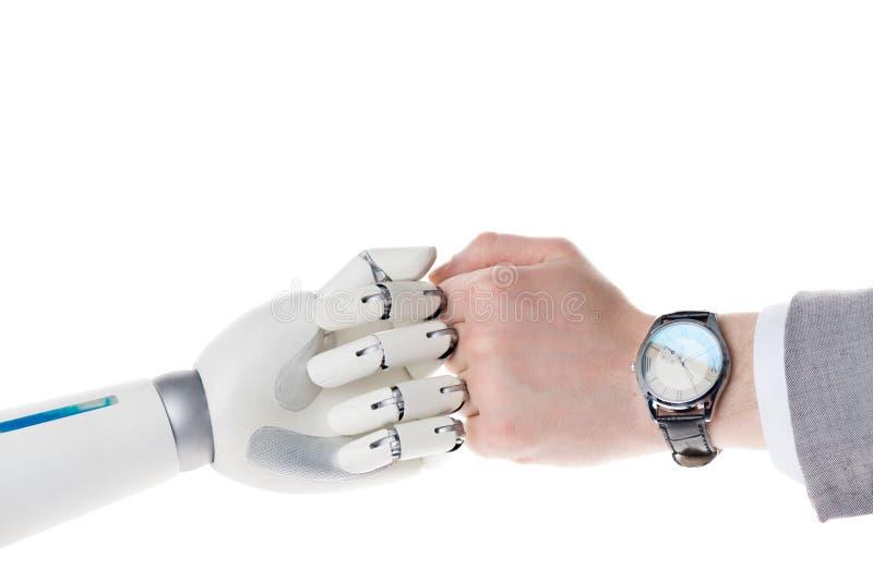 tir cultivé du robot et de l'homme d'affaires faisant le geste de poing de bro sur le blanc photographie stock