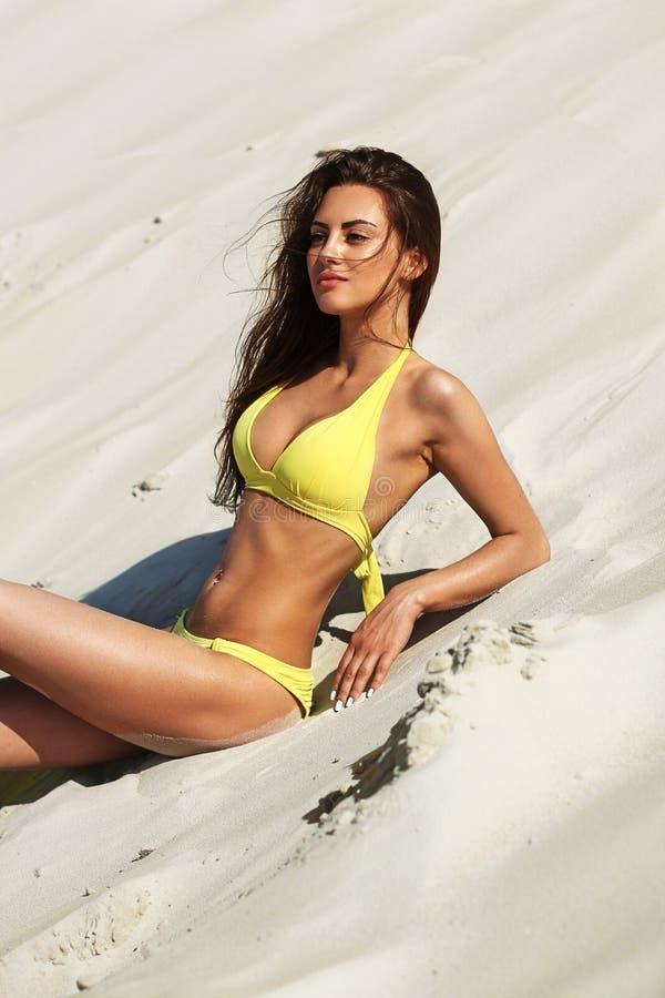 Tir cultiv? d'une femme magnifique dans un bikini ? la plage photographie stock