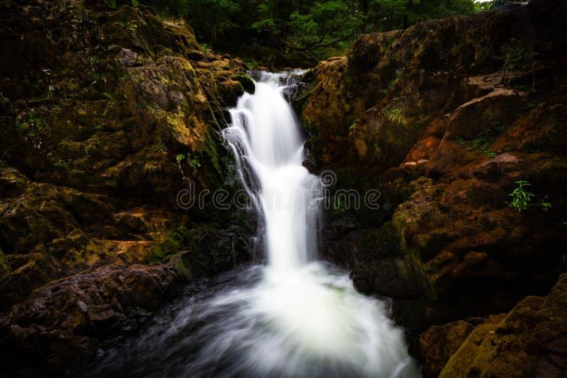 Tir déprimé magnifique de cascade de force de Skelwith dans le secteur de lac dans Cumbria images libres de droits