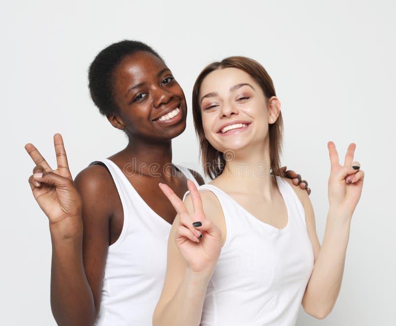 Tir d'étreindre homosexuel interracial heureux de couples images libres de droits