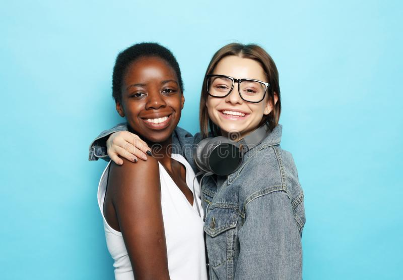 Tir d'étreindre homosexuel interracial heureux de couples photo libre de droits