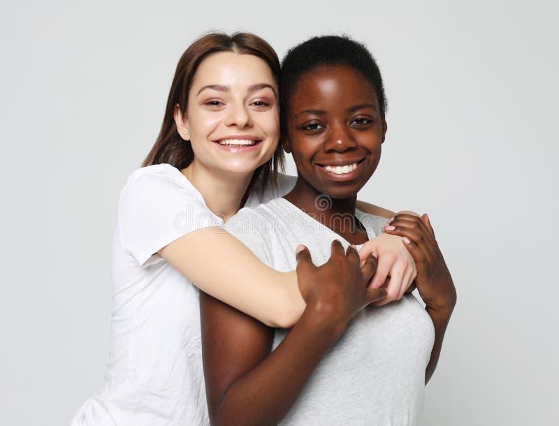 Tir d'étreindre homosexuel interracial heureux de couples photographie stock libre de droits