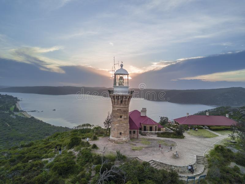 Tir d'éventail d'un phare à côté de la forêt et de la mer en Thaïlande pendant le coucher du soleil photos stock