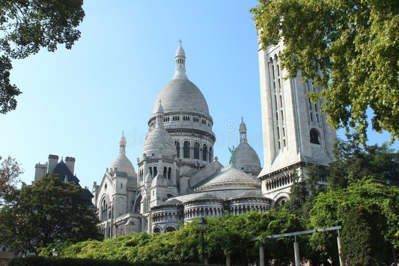 Tir d'angle faible de la basilique célèbre du coeur sacré de Paris, France image stock