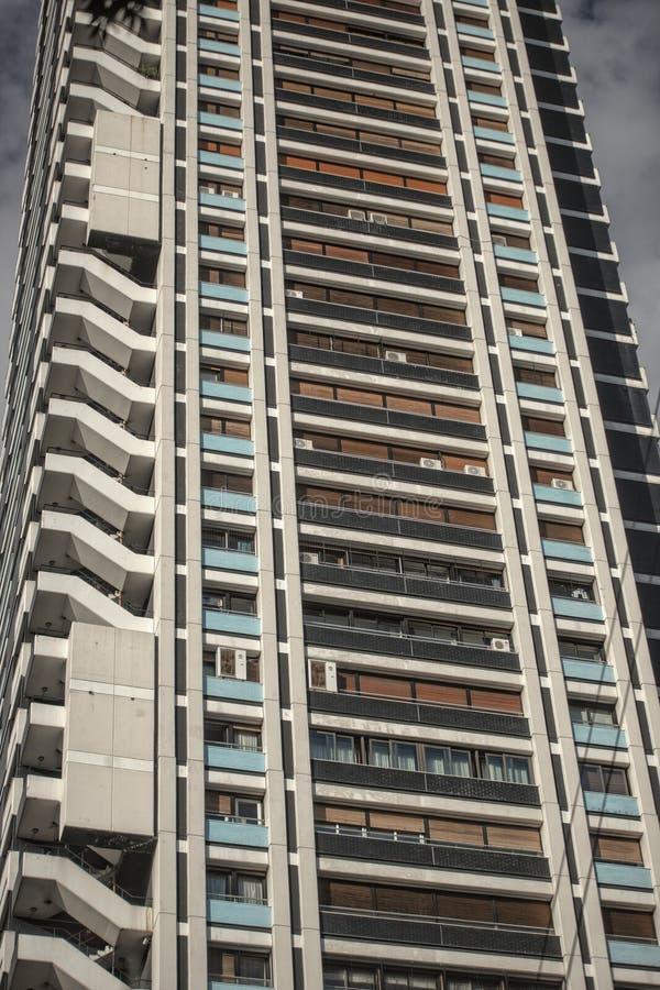 Tir d'angle faible d'un gratte-ciel d'appartements grand images libres de droits