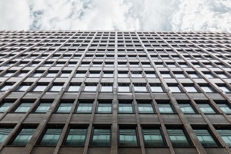 Tir d'immeuble de bureaux de bas en haut image libre de droits