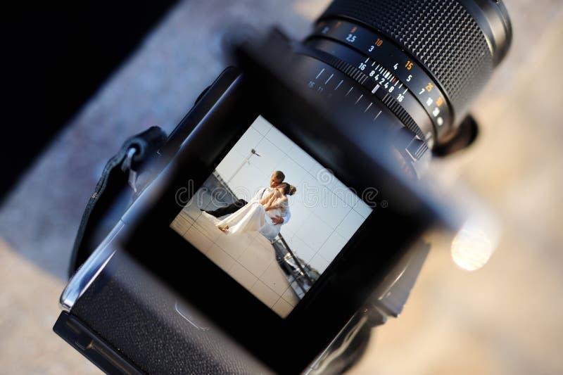 Tir d'un mariage avec un appareil-photo de vintage photo stock