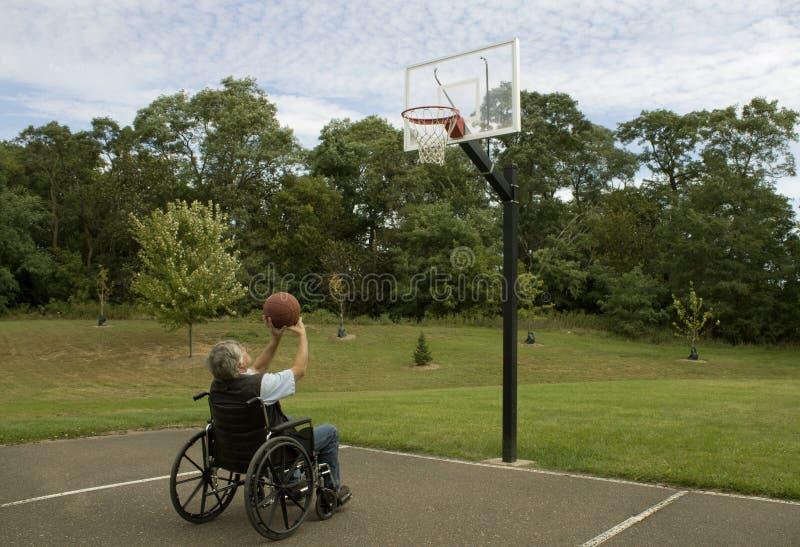 Tir de basket-ball handicapé photographie stock libre de droits