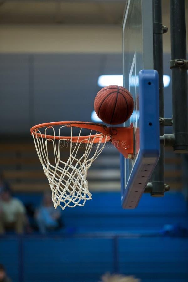 Tir de basket-ball manqué au filet et au panneau arrière photos stock