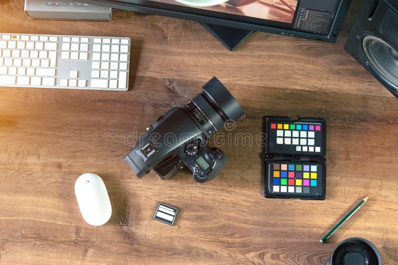Tir de bureau d'un appareil-photo moderne de photo de Digital avec l'ordinateur portable image libre de droits