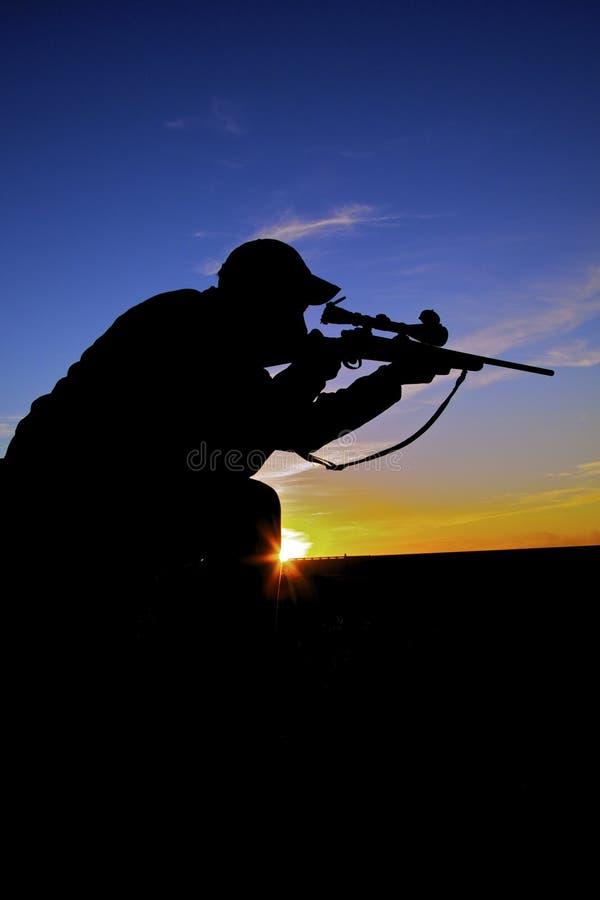 Tir de chasseur de fusil au lever de soleil