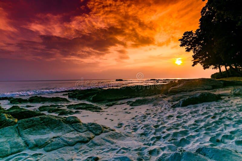 Tir de coucher du soleil de stupéfaction à l'île radhanagar Inde de havelock de plage photos libres de droits