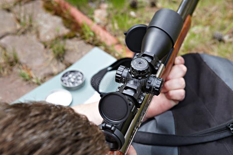 Tir de fusil avec l'appareil optique de visée photographie stock