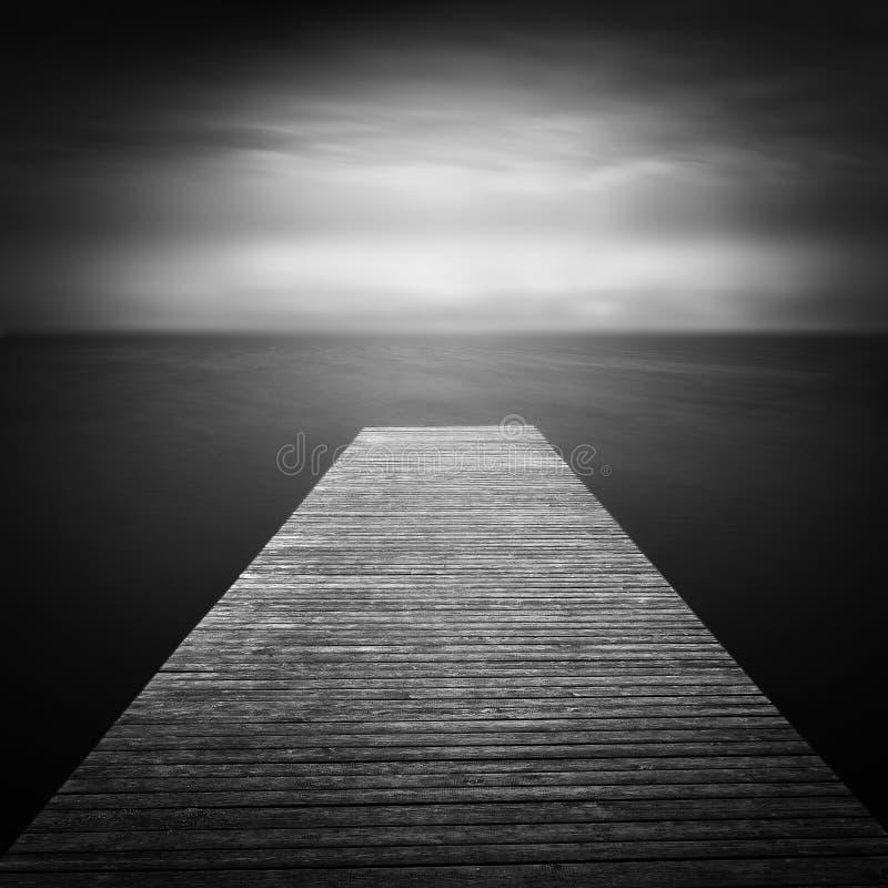 Tir de jetée, exposition à long terme, noire et blanche photo libre de droits