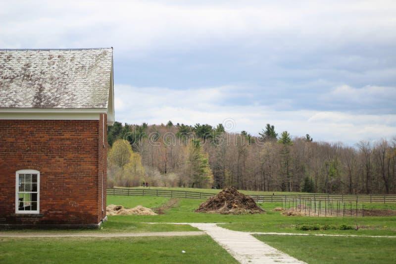 Tir de long terme d'un immeuble de brique avec le toit en céramique dedans avec une forêt à l'arrière-plan images libres de droits