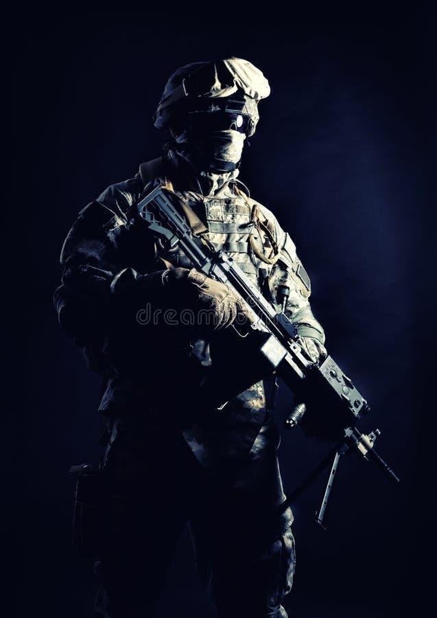 Tir de nuit d'artilleur de machine de marines des Etats-Unis photos stock