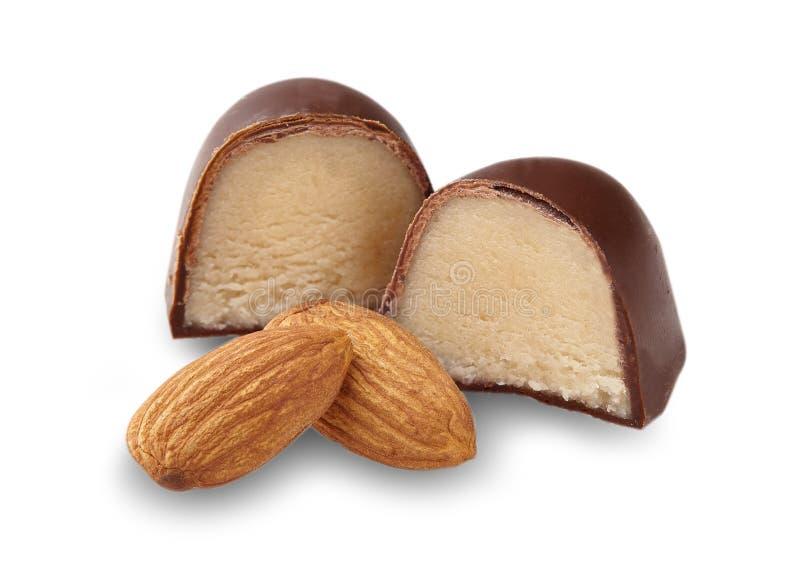 Tir de plan rapproché de chocolat coupé de massepain sur le fond blanc images stock