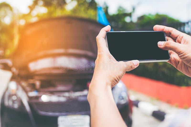 Tir de plan rapproché de l'homme à l'aide du smartphone avec l'écran d'isolement ensuite images libres de droits