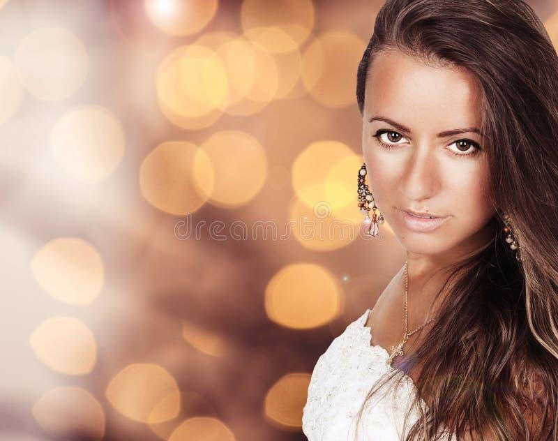 Tir de sourire amical de studio de portrait de jeune femme image libre de droits