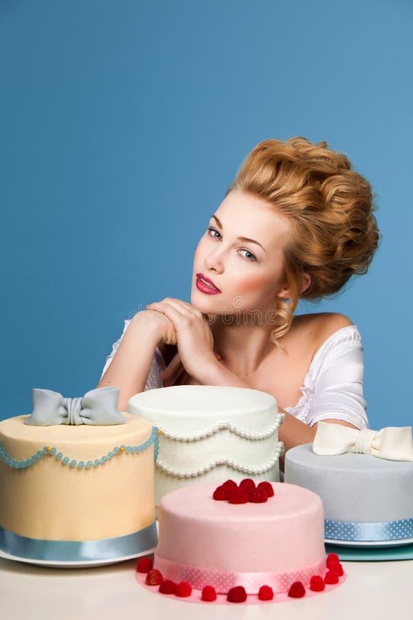 Tir de studio dans le style de Marie Antoinette avec le gâteau photo stock