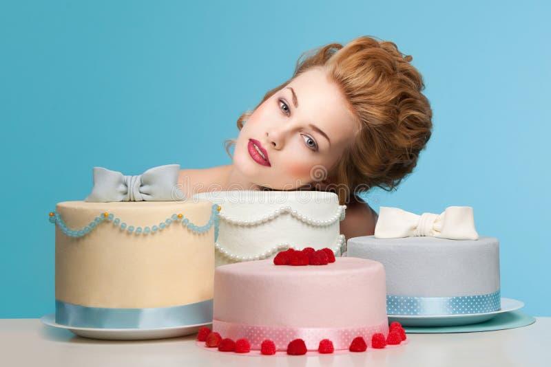 Tir de studio dans le style de Marie Antoinette avec le gâteau photos stock