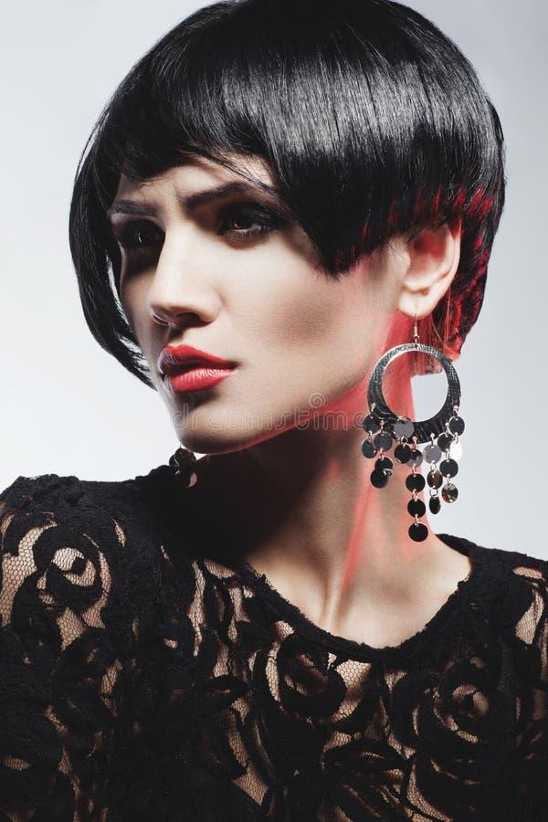 Femme sexy de mode dans la robe noire de guipure. Maquillage professionnel images libres de droits