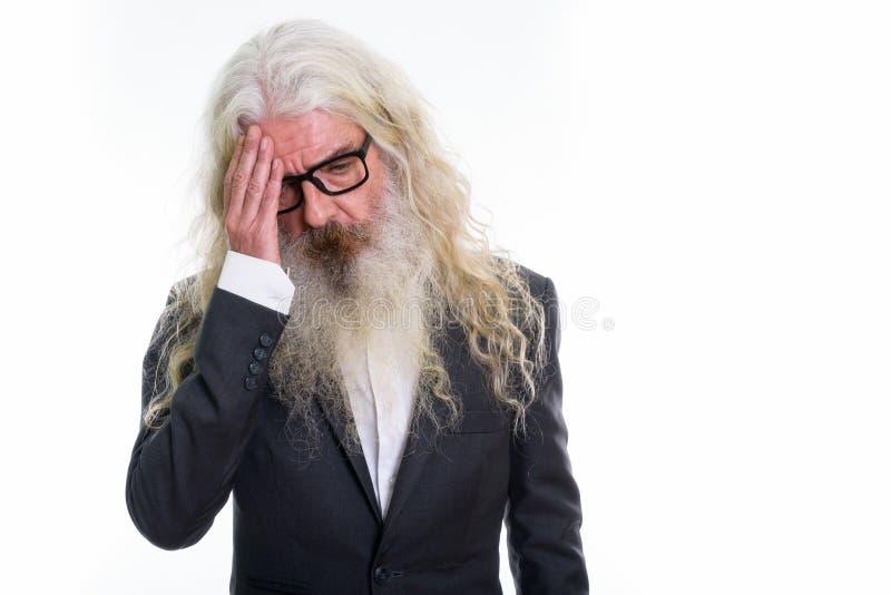Tir de studio de l'homme d'affaires barbu supérieur soumis à une contrainte ayant le headac image libre de droits