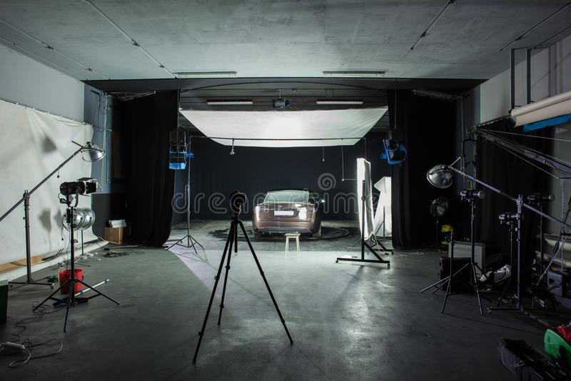 Tir de studio de photo avec la voiture et l'éclairage image libre de droits