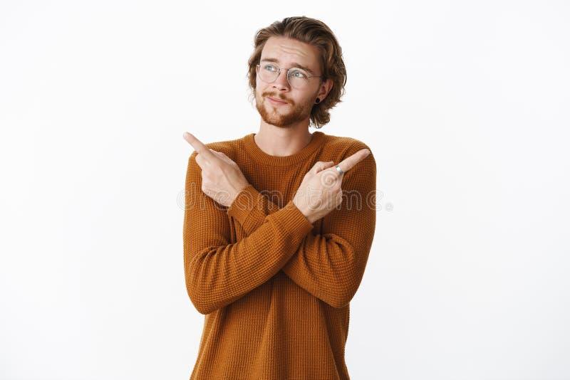 Tir de taille- du type ayant des ennuis avec les bras de croisement de décision au-dessus du corps et dirigeant en longueur souri image libre de droits
