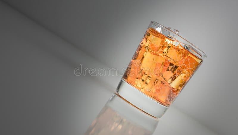 Tir de whiskey de malt dans un gobelet photos libres de droits