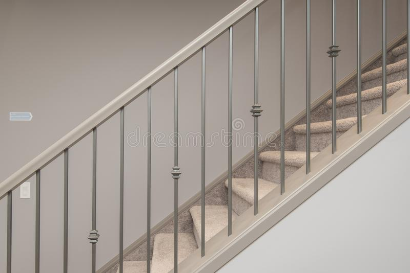 Tir des escaliers à l'intérieur de la maison avec la balustrade argentée images libres de droits