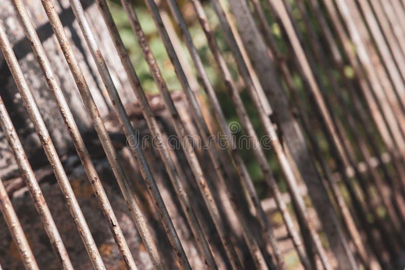Tir diagonal d'une vieille barrière rouillée de barre d'acier photographie stock libre de droits
