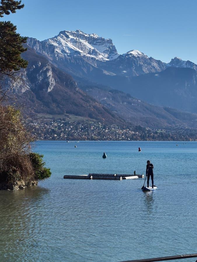 Tir du lac d'Annecy et des montagnes autour, avec des sports de pratique de personnes photo stock