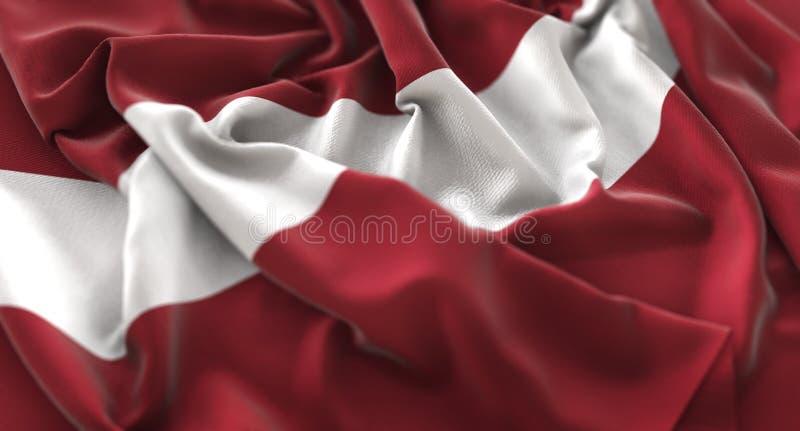 Tir en gros plan admirablement de ondulation hérissé par drapeau de la Lettonie macro image stock