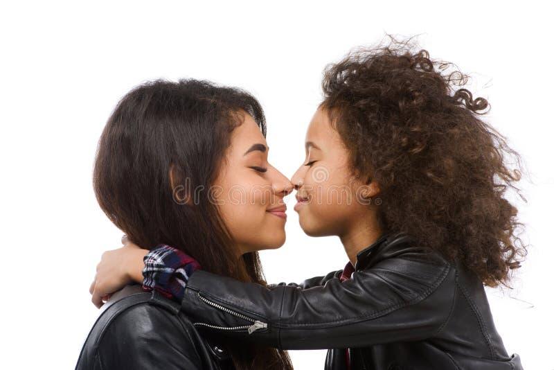tir en gros plan de caresser la mère et la fille heureuses image libre de droits