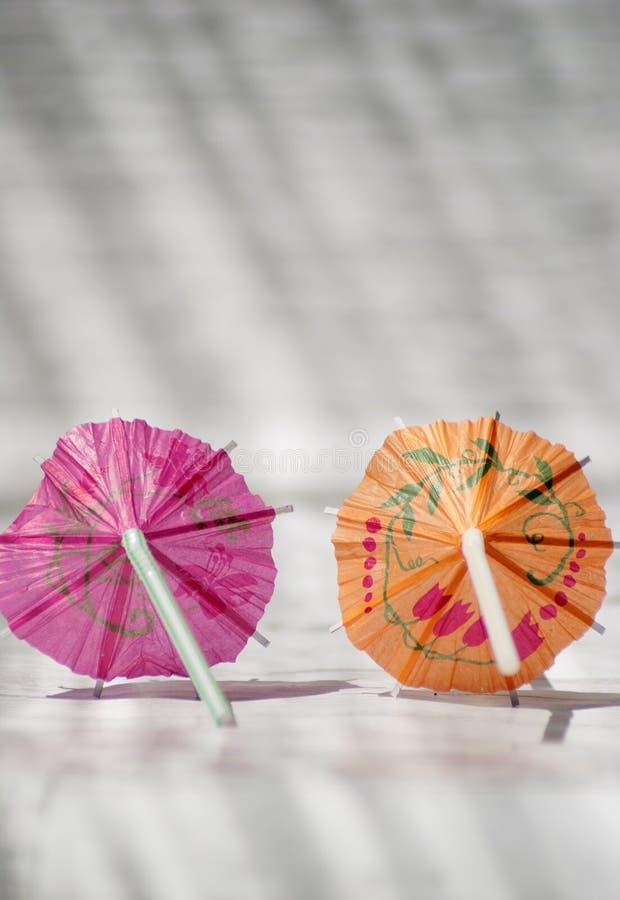 Tir en gros plan de deux parapluies de cocktail photo libre de droits