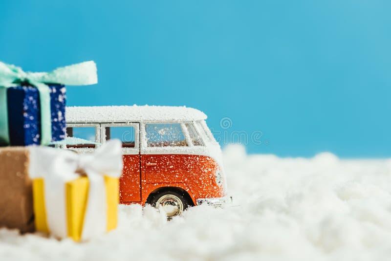 tir en gros plan de fourgon de jouet avec des cadeaux de Noël se tenant sur la neige image libre de droits
