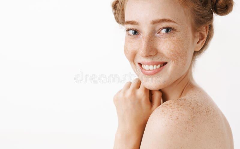 Tir en gros plan de la femelle belle tendre et féminine de gingembre se tenant nue dans le profil tournant à l'appareil-photo ave image stock