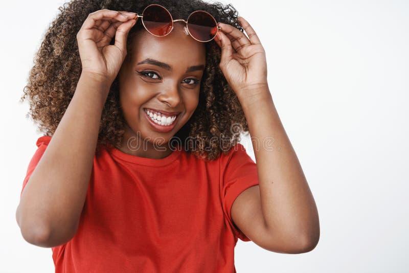Tir en gros plan de la femme satisfaisante et insouciante heureuse d'afro-américain oubliant des jours d'hiver froids sirotant l photo stock