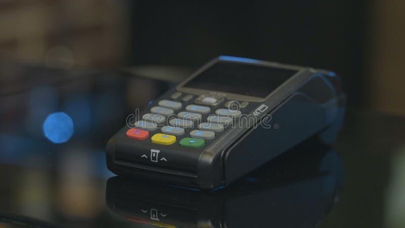 Tir en gros plan de la personne employant le paiement mobile PayPass photo stock