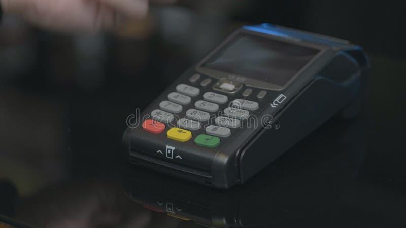 Tir en gros plan de la personne employant le paiement mobile PayPass images libres de droits