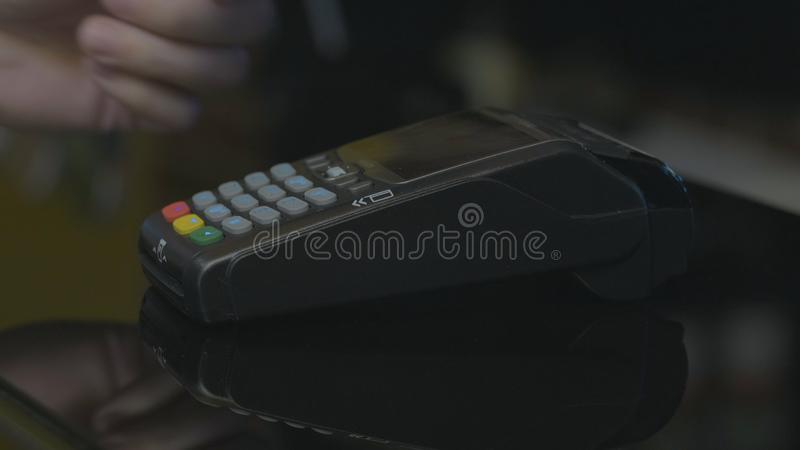 Tir en gros plan de la personne employant le paiement mobile PayPass image stock