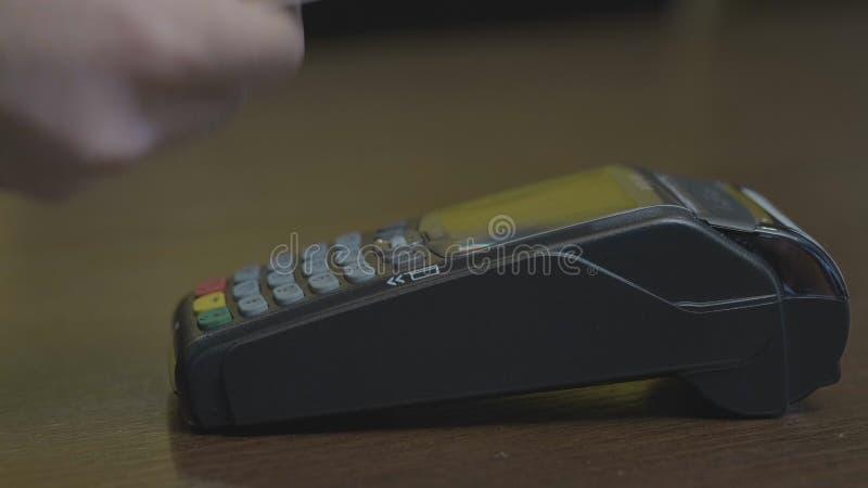 Tir en gros plan de la personne employant le paiement mobile PayPass images stock
