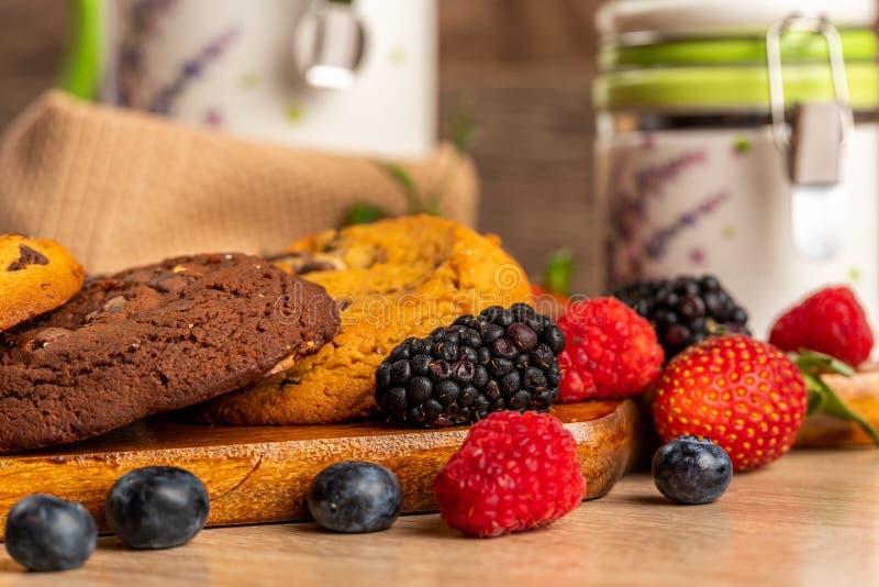 Tir en gros plan de mûres, de framboises et de scones de chocolat image libre de droits