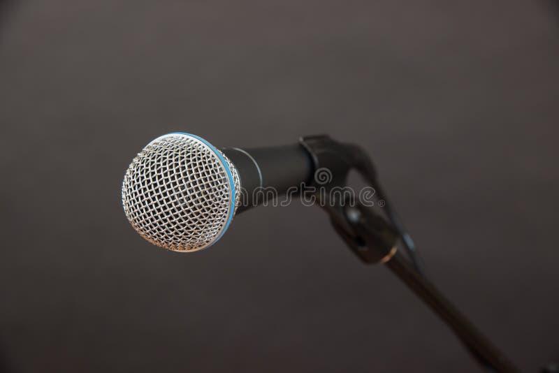 Tir en gros plan de microphone dynamique images libres de droits