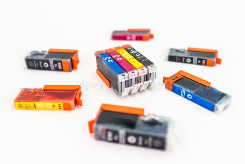 Tir en gros plan des cartouches d'encre de CMYK pour une imprimante couleur d'isolement sur un fond blanc image stock
