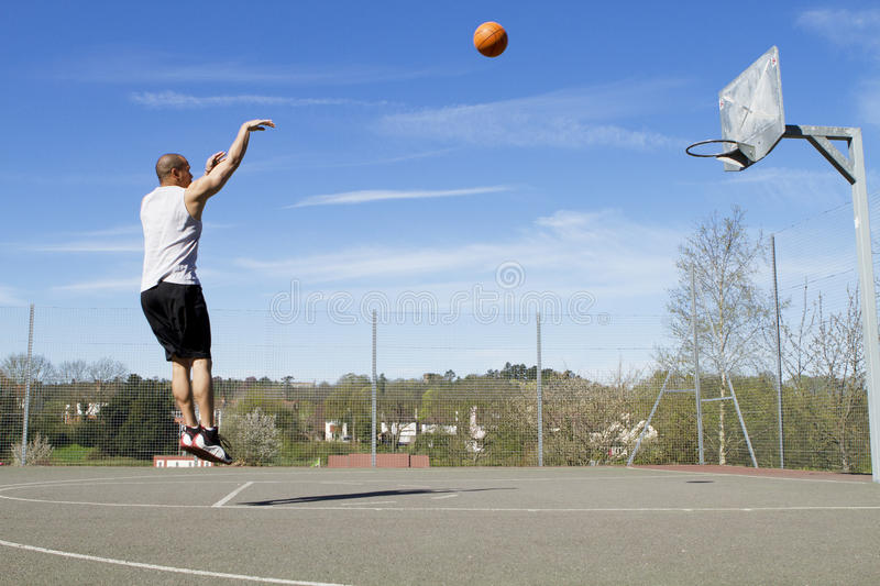 Tir en suspension de basket-ball images libres de droits