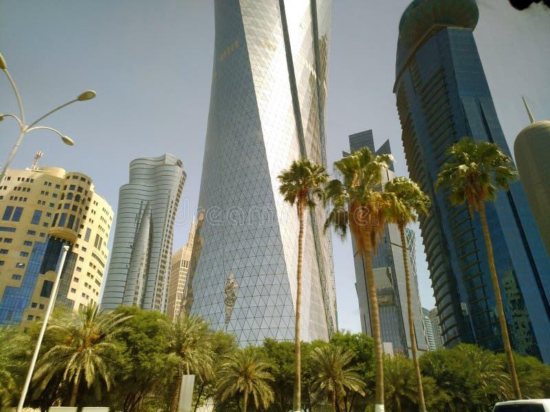 Tir grand-angulaire de hauts gratte-ciel bleus modernes dans la ville de Doha, Moyen-Orient images stock