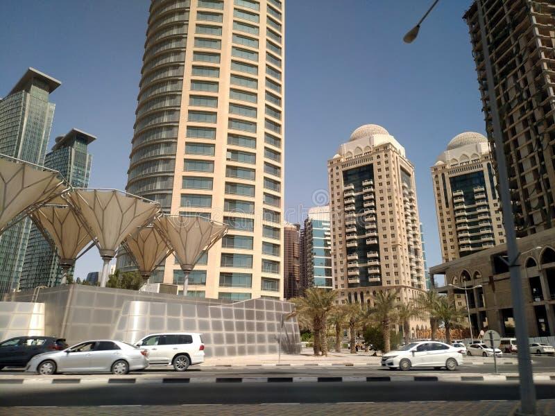 Tir grand-angulaire de hauts gratte-ciel bleus modernes dans la ville de Doha, Moyen-Orient photo stock